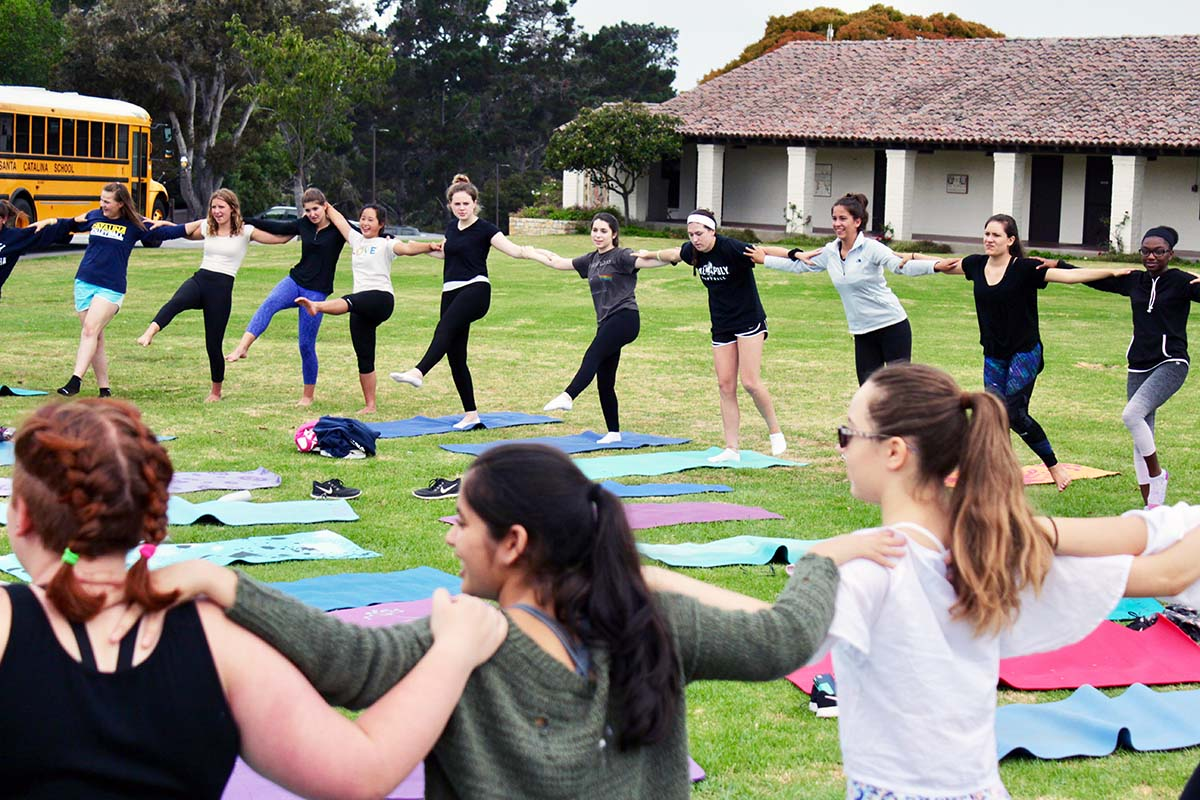 Girls do yoga in a circle